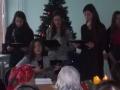 Kaledines dainas atlieka 11 klases mokines