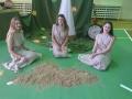 3. Emilija Mikučionytė, Darija ir Skaistė Maleckaitės pasiruošusios inscenizuoti laiką